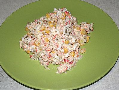 Салат с крабовыми палочками и рисом слоями
